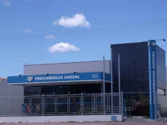 Fachada do edifício do INSS visto da rua