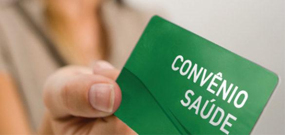 """Carteirinha em verde escrito """"convênio de saúde"""", ou seja de um convênio médico"""