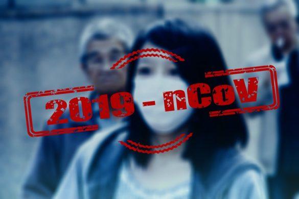 Mulher com máscara, com texto do nome oficial do novo coronavírus