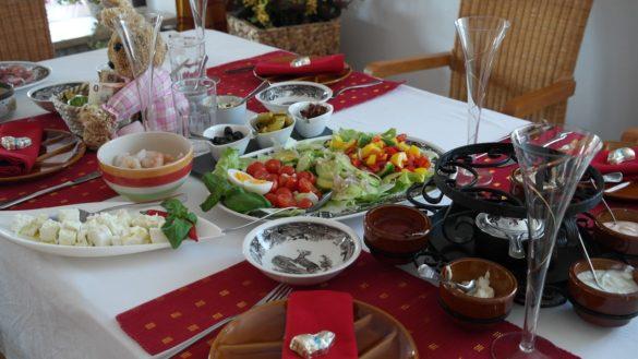 Alimentação: Mesa com uma variedade de pratos saudáveis