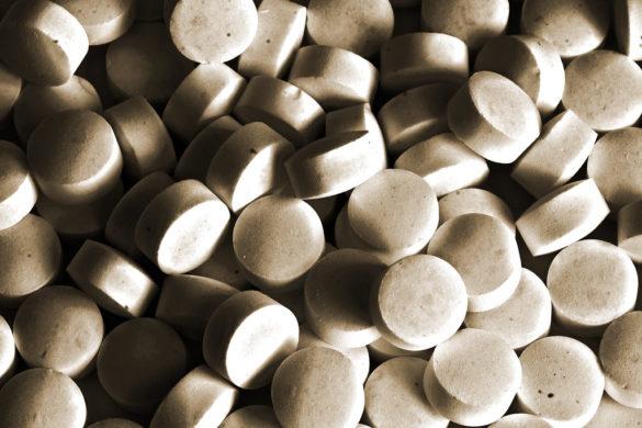 Anabolizantes: comprimidos dando alusão aos medicamentos anabolizantes de cor branca