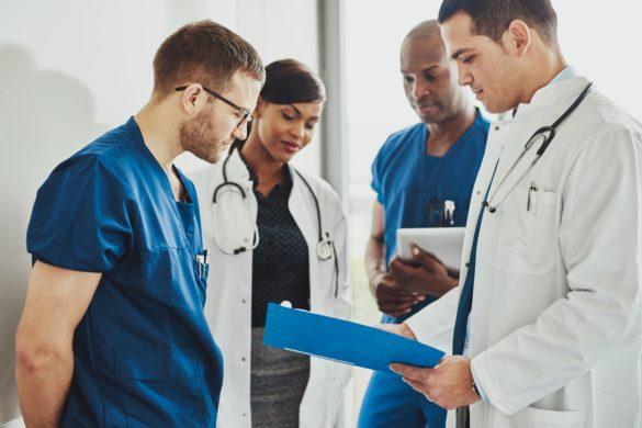 Centro médico: médicos e enfermeiros conversando com pranchetas na mão