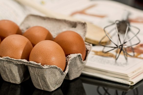 Alimento: Caixa com ovos em cima de uma mesa