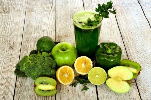 Suco verde, legumes verdes, laranja e outras frutas que são muito utilizadas em dietas detox